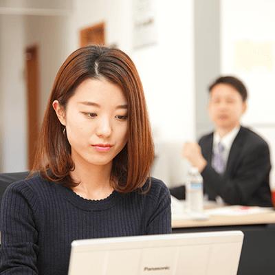 仕事中、海外営業、新卒採用入社、総合職